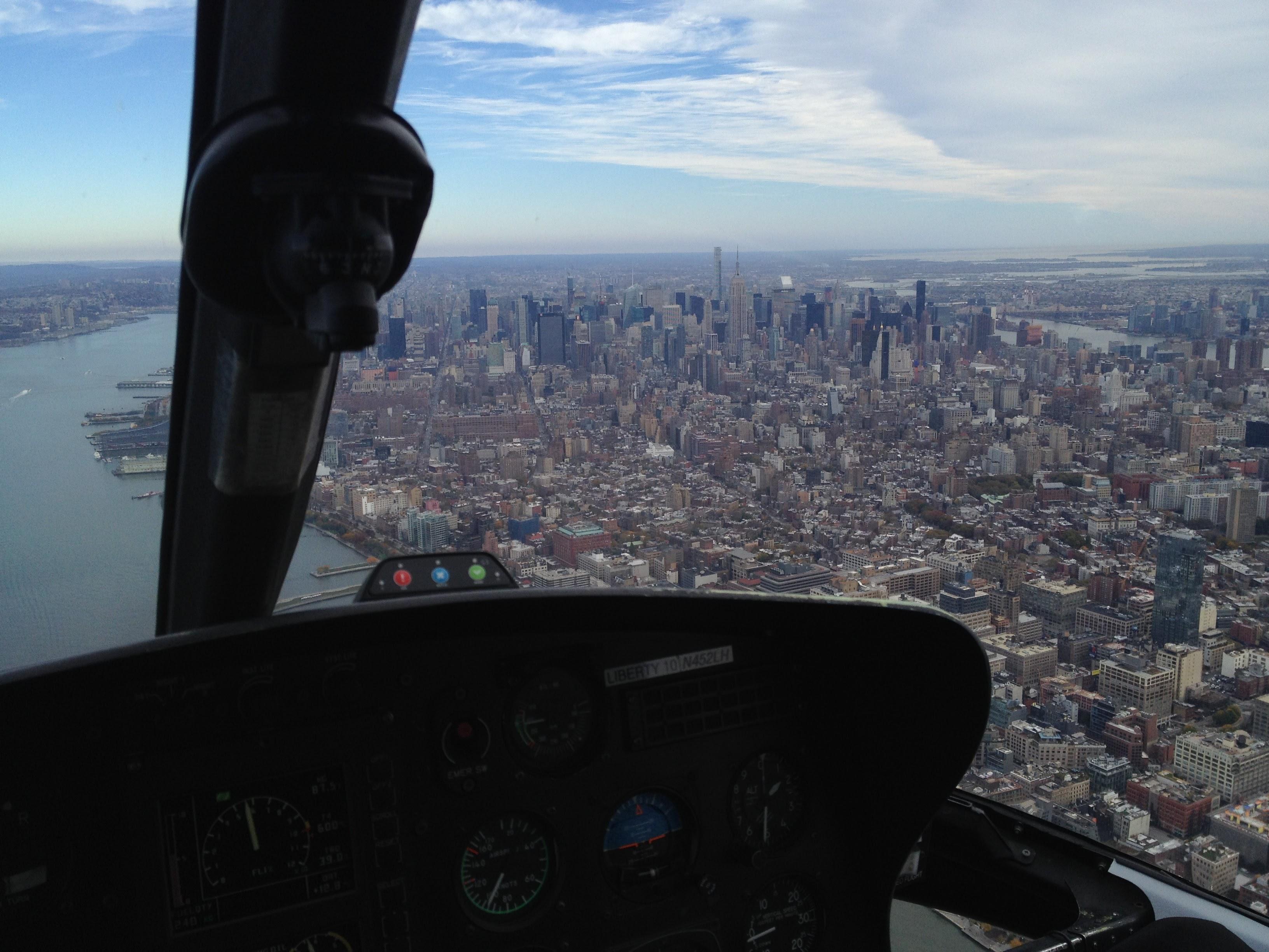 Det er ikke billig med en helikoptertur over New York, men så er også opplevelsen helt spektakulær. Foto: L. Kongerud
