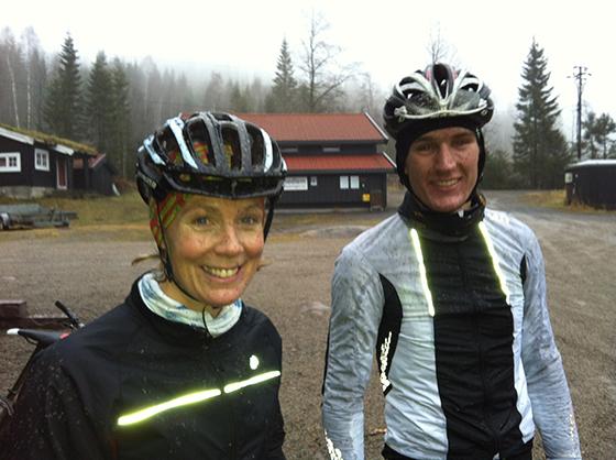 Kari og Christian på gjørmete sykkeltur på lørdag. De gleder seg til sol, varme og å sykle landeveissykkel på Tenerife.