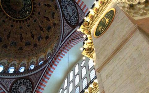 Å dekorere en moské er ikke akkurat venstrehåndsarbeid