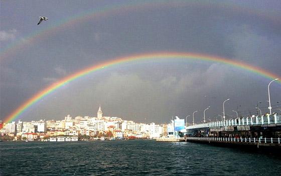 Småfrekk regnbue over det Gylne horn og Galatatårnet