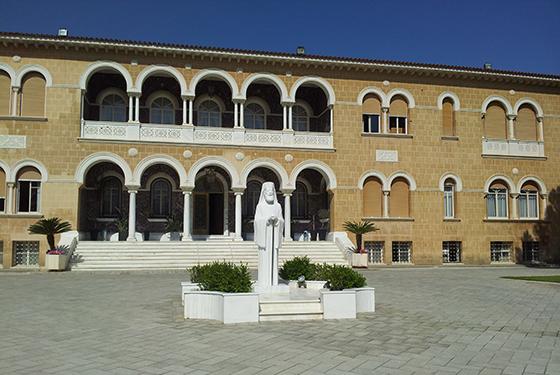 På Kypros finnes det historie over alt. Dette er residensen til Erkebiskop (nasjonal leder og politiker) og tidligere kypriotisk president, Makarios. Det er mulig å se skuddhull i bygningen fra et kupp mot presidenten i 1974.