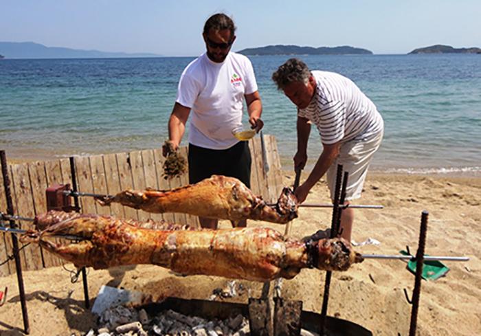 Grilling av påskelam på stranden på Skiathos.