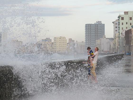 Høy sjøsprøyt langs Havanas havnepromenade Malecón danker ut hvilket som helst badeland.