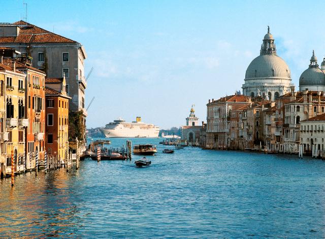 Costas skip i havn i Italia