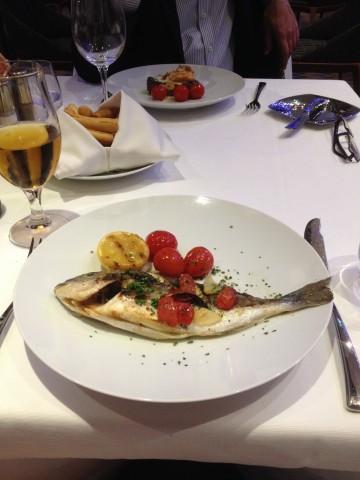 Fersk grillet fisk med sitron og tomat på menyen