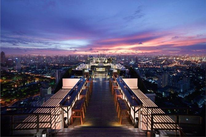 GLEM HØYDESKREKK: På toppen av luksuriøse Banyan Tree, 61 etasjer over de travle gatene i Bangkok, ligger baren med det passende navnet Vertigo. Nipp til en lekker drink og skyld på alkoholen når utsikten gjør deg svimmel.