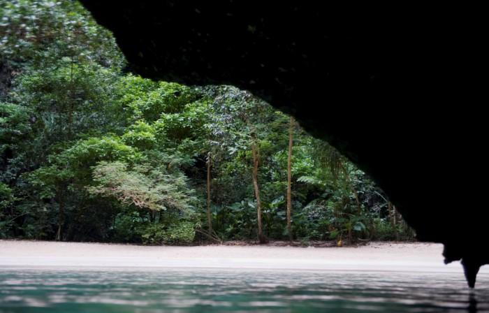 GROTTESVØMMING: På den andre siden av Emerald Cave ligger stranden som en gang i tiden skjulte glitrende piratskatter.