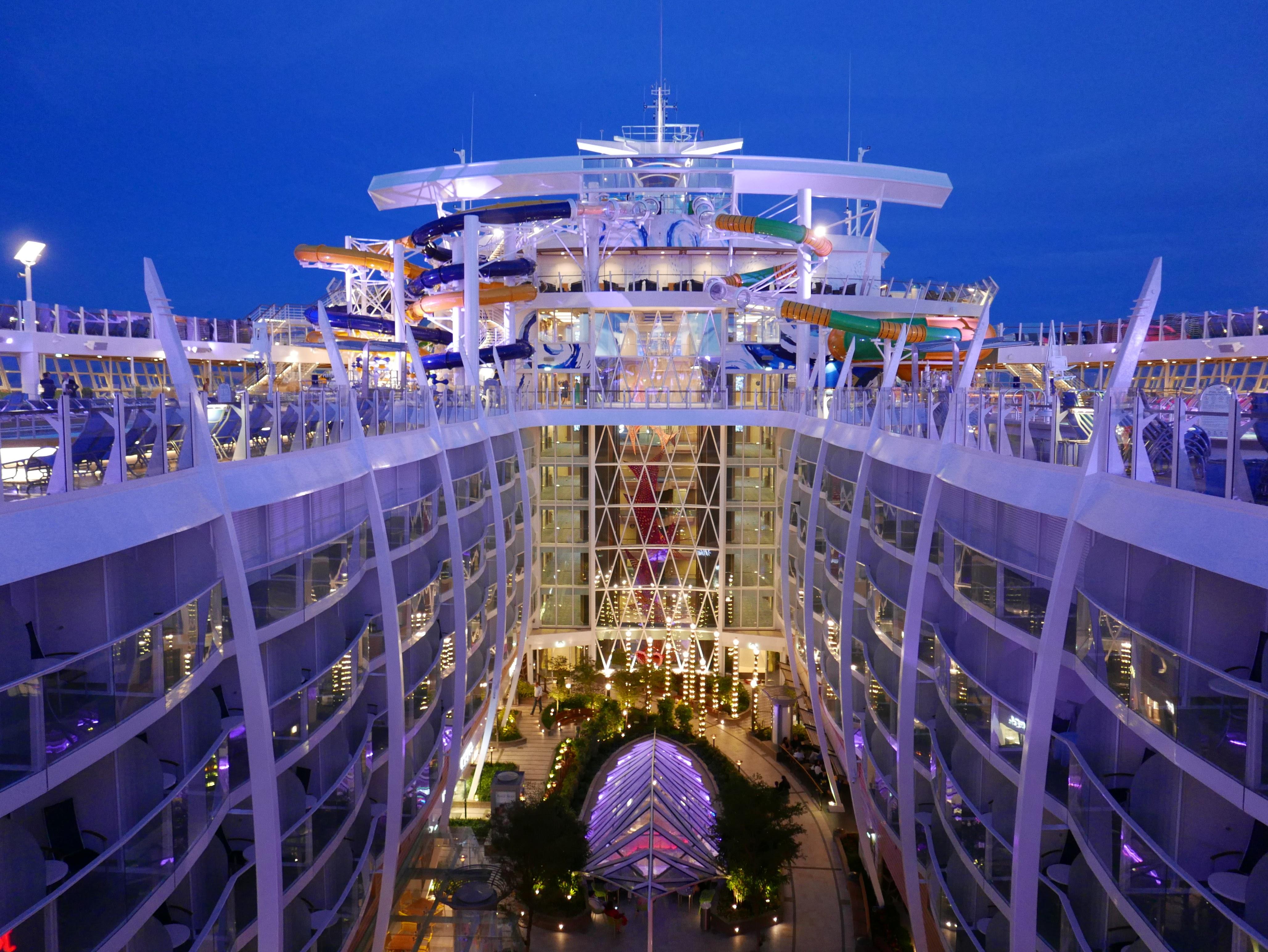 SOM EN LITEN BY: De største cruiseskipene er delt inn i bydeler og har karuseller, parker, restauranter, butikker og barer. Foto: Len Kongerud