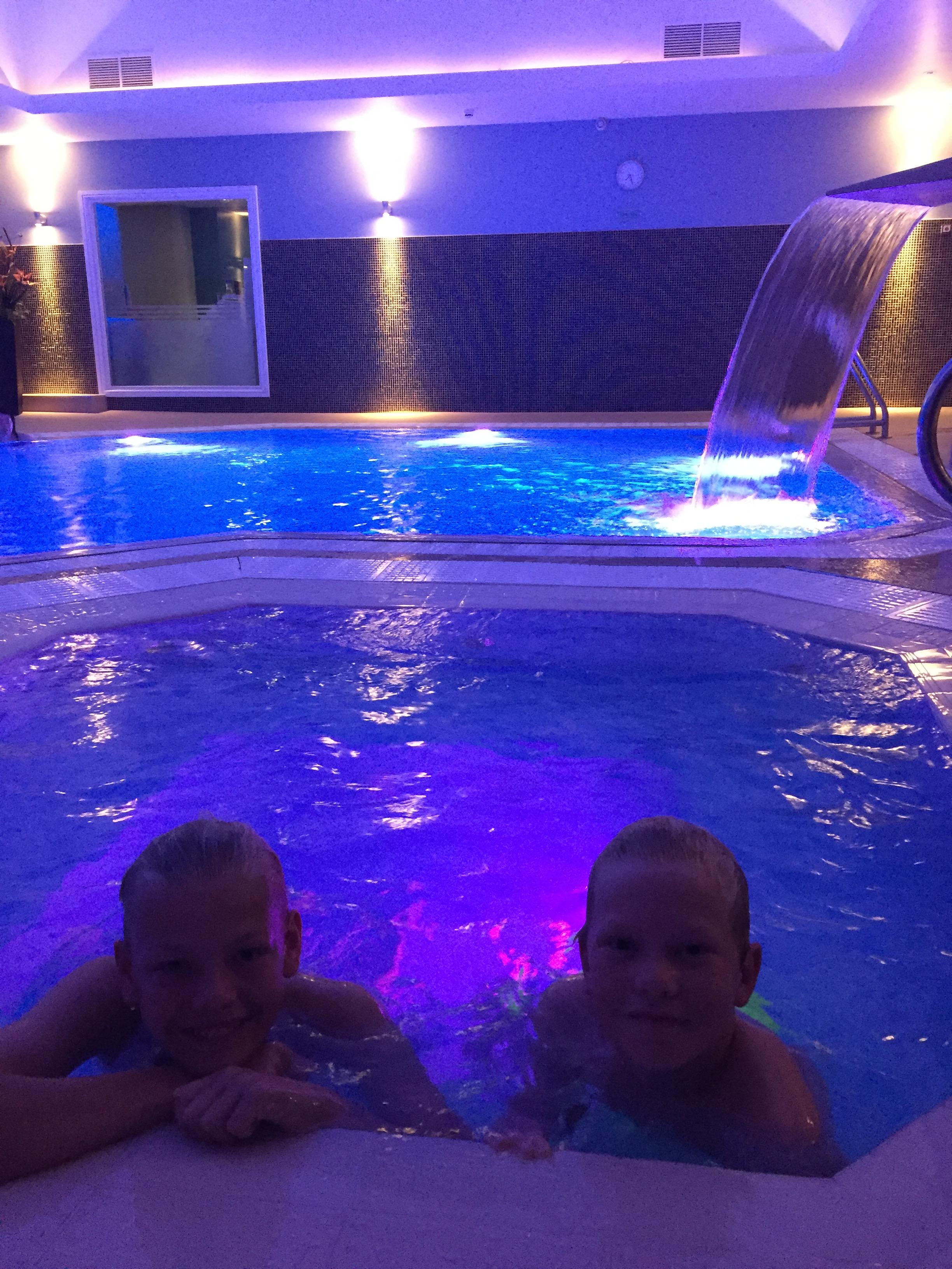 SPA DEG NED: Jonas (12) og Noah (11) koser seg i svømmebassenget på Midland Hotel. Her er det også dampbad, badstue og spa - perfekt for å hvile ut mellom slagene.