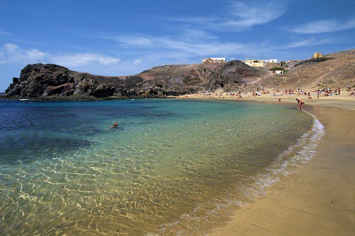 PAPEGØYESTRANDEN: Det er lett å se hvorfor mange mener Papagayo-stranden, eller Papegøyestranden på norsk, er blant de vakreste på Lanzarote. Det tar ca en halvtime å spasere hit fra Playa Blanca, og det er også mulig å kjøre hit med bil. Foto: Ving