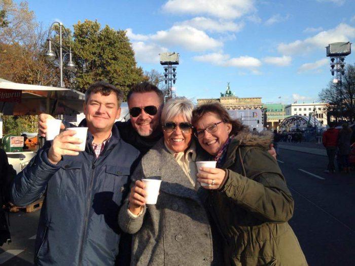 VARME I KROPPEN: Kle deg godt hvis du reiser på storbytur i november. En kopp eller to med rykende varm glühwein er aldri feil, mener Fredrik, Øystein. Elisabeth og Lene. Foto: Privat