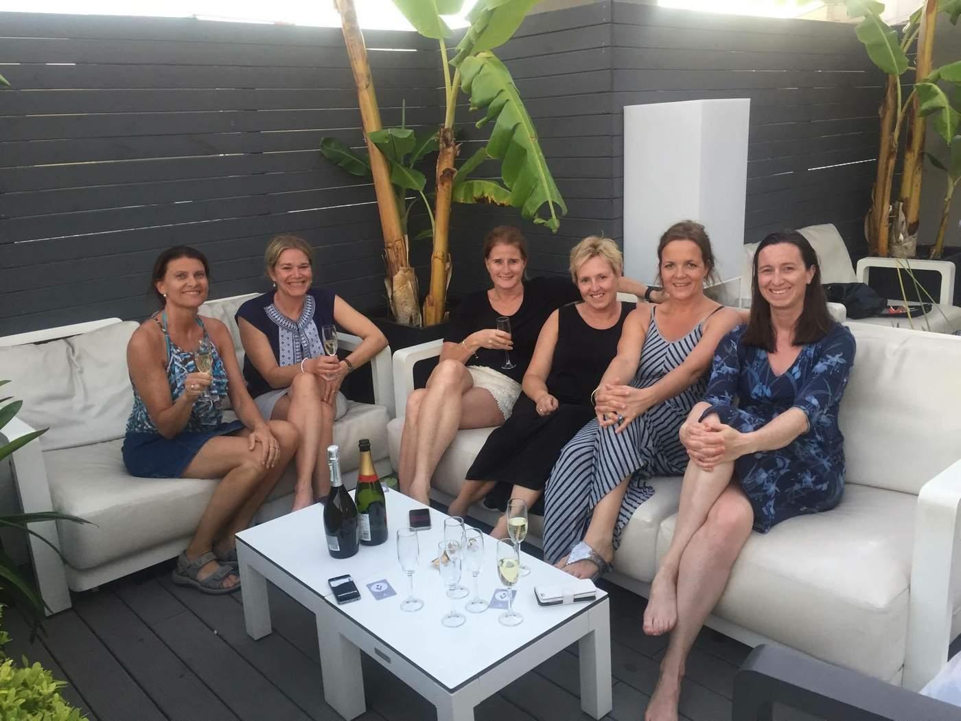 CAVA-KOS: Seks mammaer på tur til Barcelona, den ultimate byen for jentegjengen. – Kos på takterrassen med cava hører med, sier Tonje i Ving. Foto: Privat.