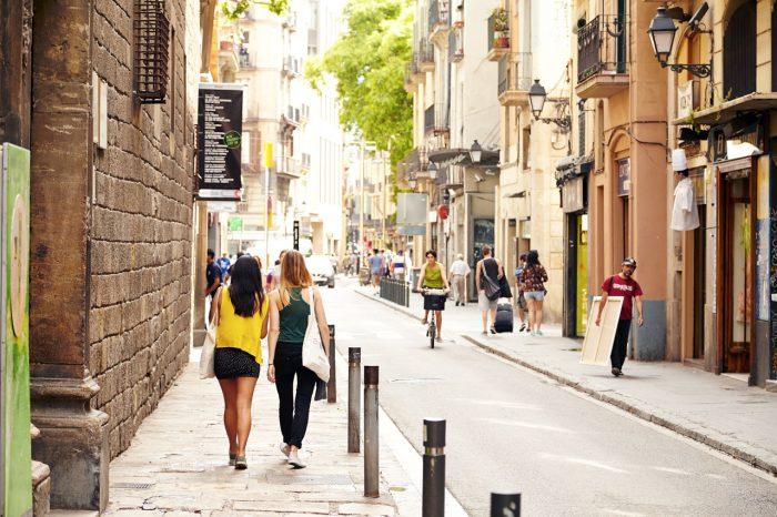 SOMMER I BARCELONA: En av Europas hippeste byer byr på både severdighetssafari og shoppingbonanza. Når du trenger en pust i bakken, ligger den langstrakte stranden like ved.