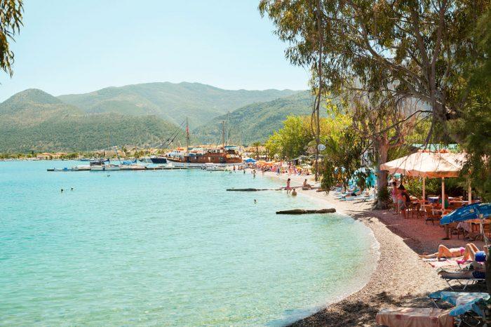 SKIKKELIG GRESK: Lefkas er øya for deg som er ute etter et autentisk gresk miljø, og er du en skikkelig strandløve tipper vi at stranden også vil falle i smak.