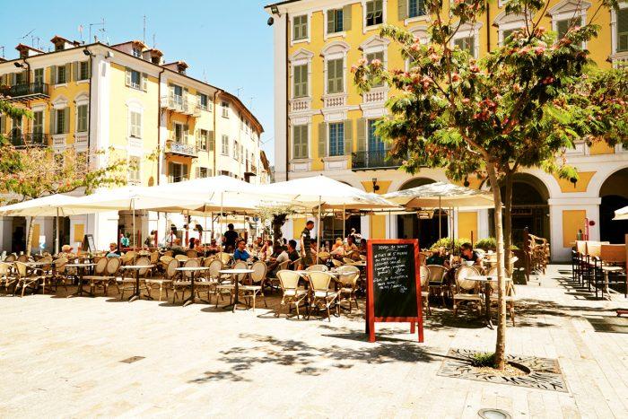 STRAND OG STORBY: Nice byr på både storbypuls og strandliv. Place Girabaldi er en av byens eldste og største torg og har flere trivelige uteserveringer.