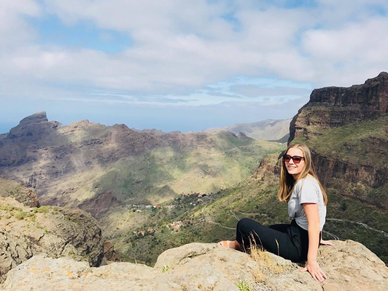 UTFORSK NATUREN: Høye fjell, dype daler, svarte strender og grønne skoger. Destinasjonssjef Inga Måkestad synes noe av det aller beste med Tenerife er nettopp kontrastene.