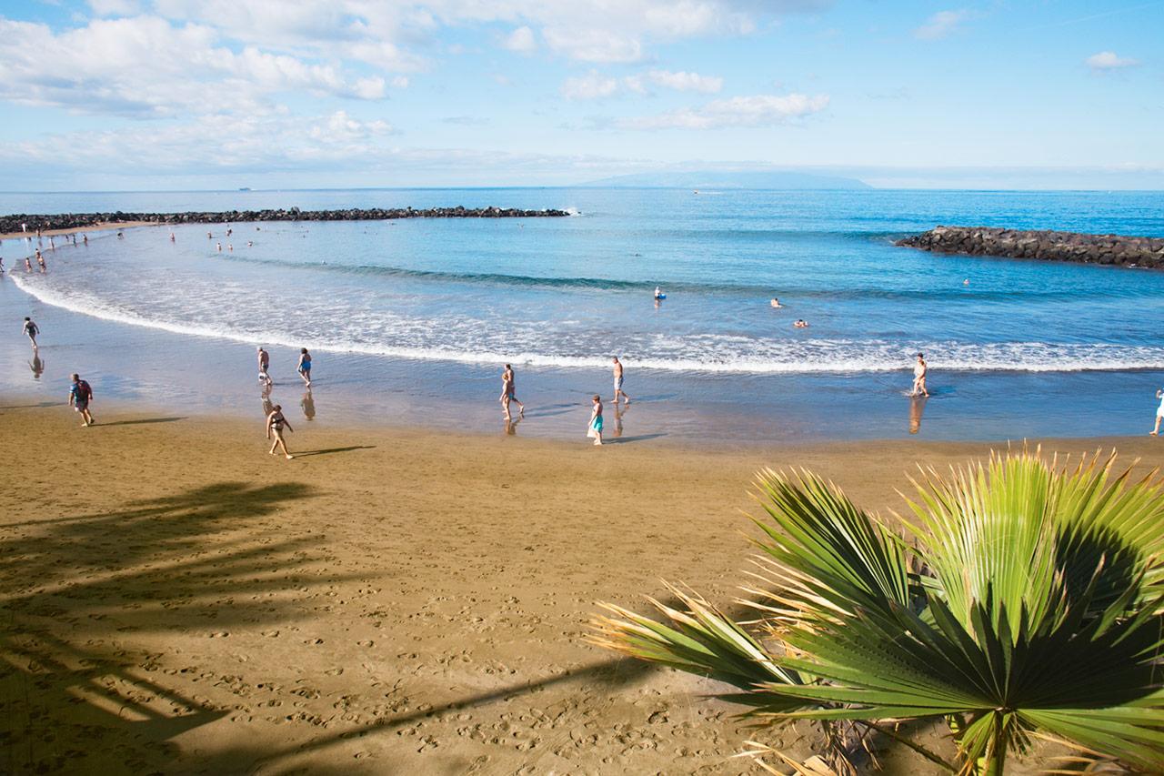FOR STORE OG SMÅ BADENYMFER: De fine strendene i Playa de las Americas faller i smak hos både voksne og barn.