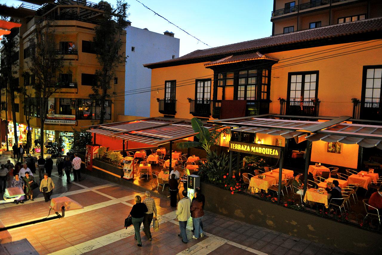 TRIVELIG STEMNING: Puerto de la Cruz byr på en fin blanding av barer, kafeer og restauranter.