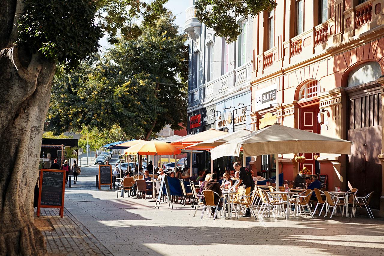 TENERIFES SPENNENDE HOVEDSTAD: Santa Cruz er en ekte spansk storby med shopping, restauranter og massevis av severdigheter.
