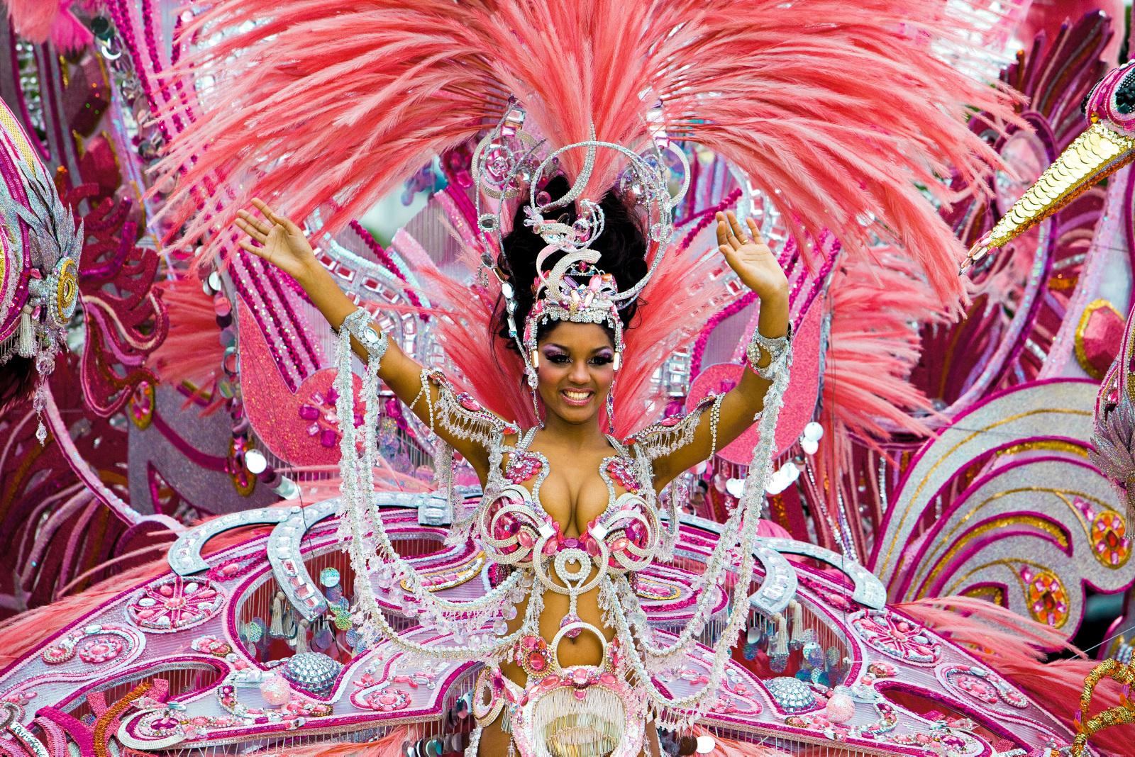 VERDENSKJENT KARNEVAL: I februar/mars går det forrykende karnevalet – som faktisk regnes som verdens nest største – av stabelen i Santa Cruz.