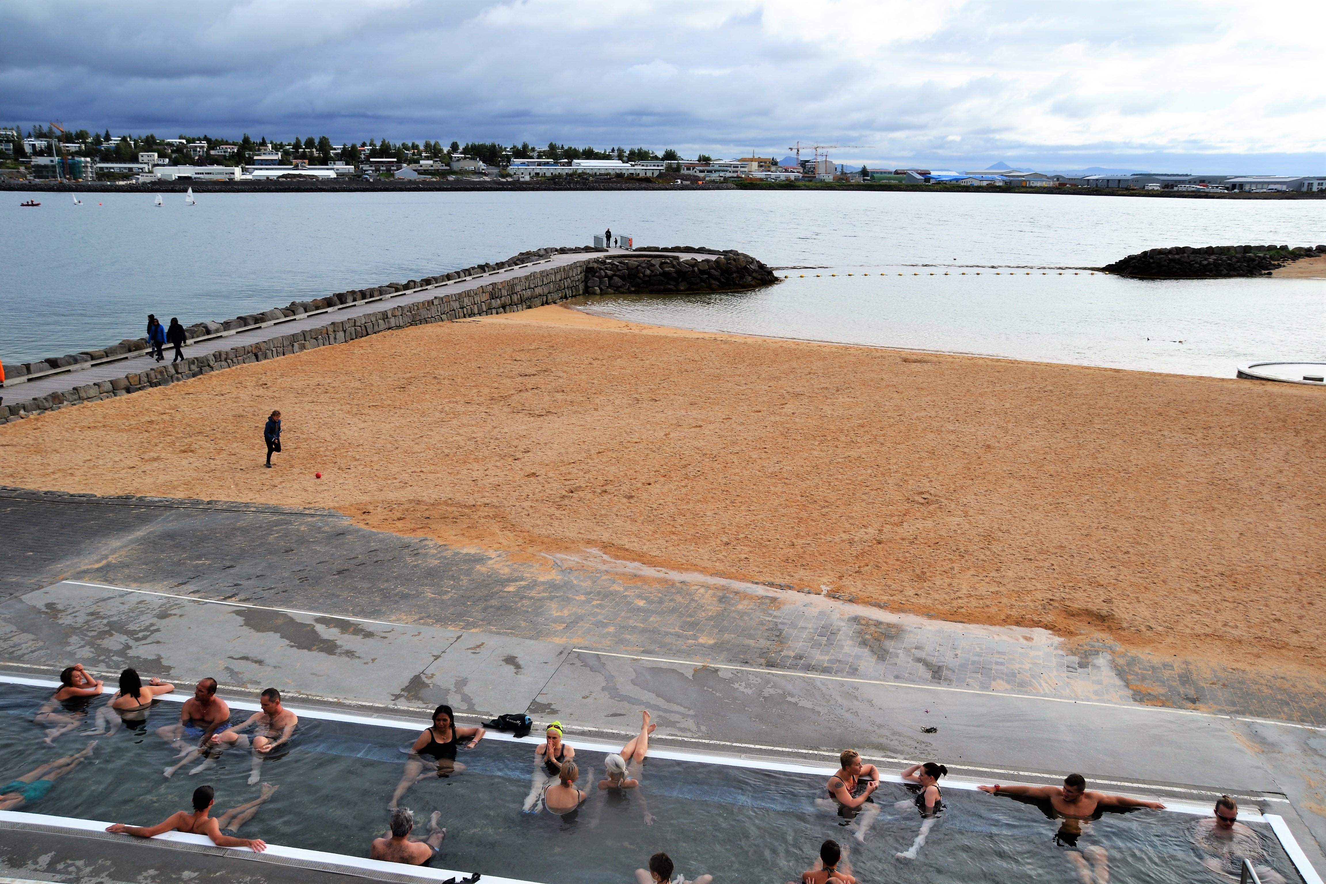 Badestranden i Nauthólsvík er oppvarmet av geotermisk vann. Foto: Turid Lismoen