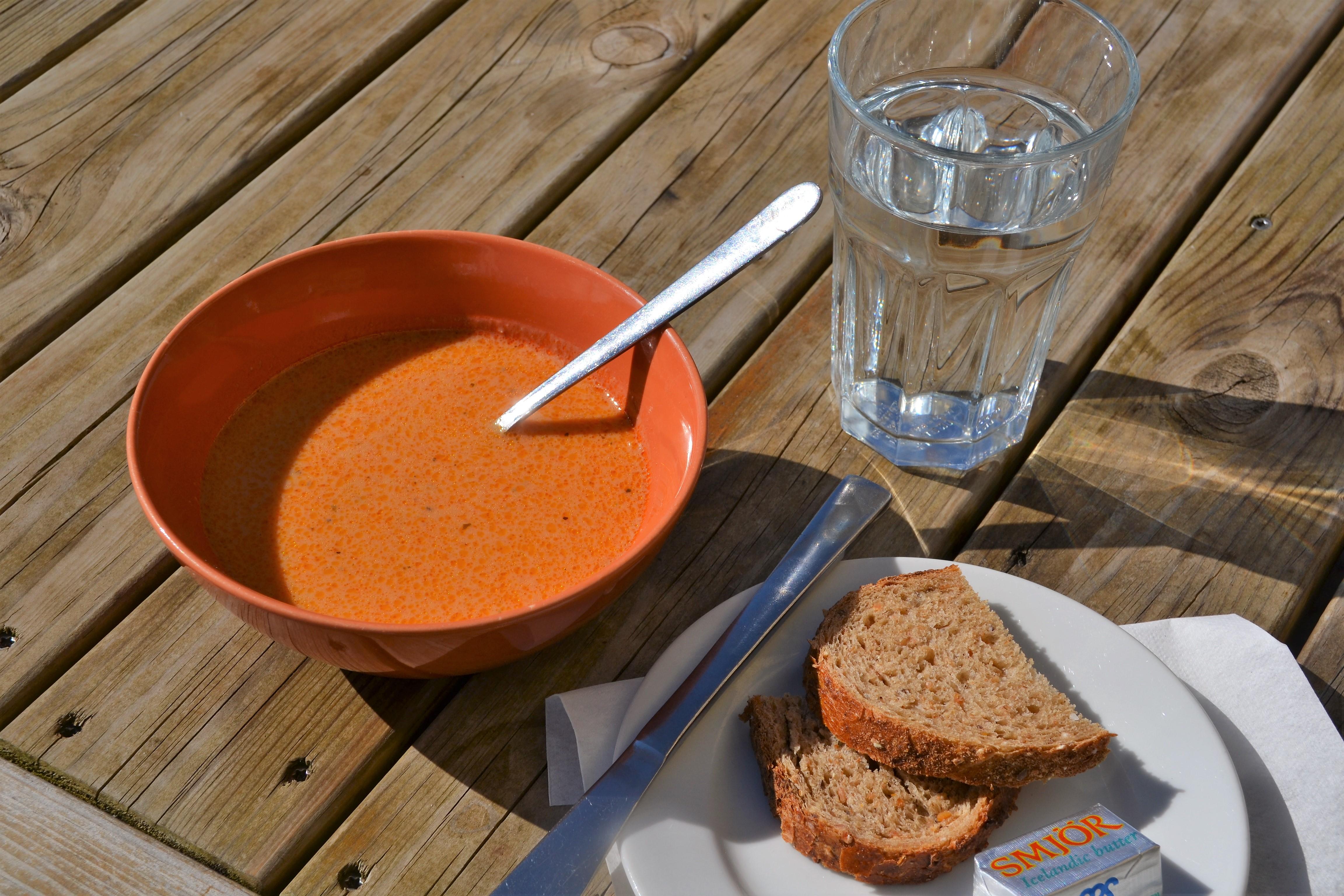 Bryggjans hummersuppe med tilbehør. Foto: Turid Lismoen