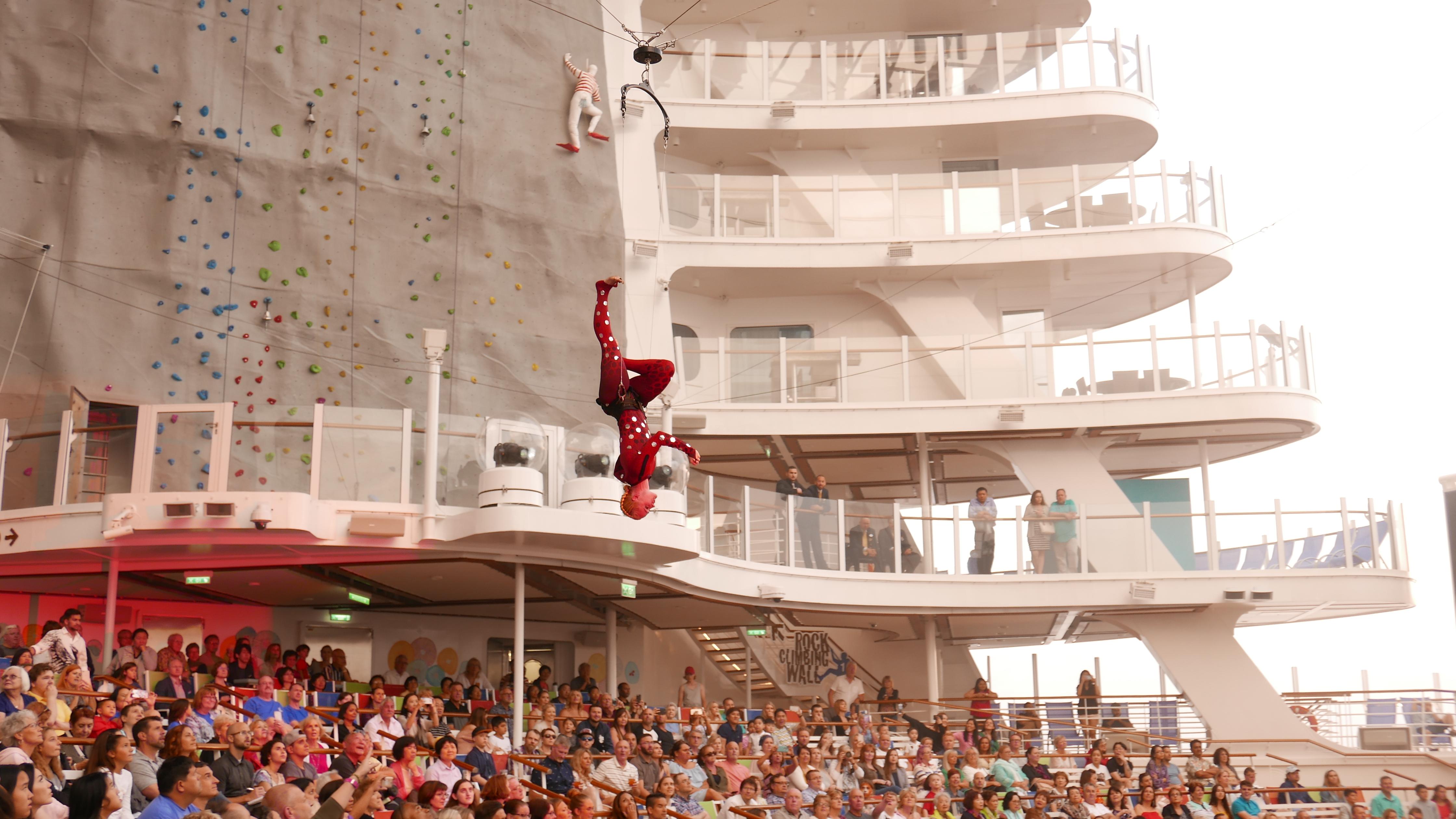 Det er ingenting å si på underholdningstilbudet om bord. Du kan velge mellom alt fra musikaler til akrobatikk! Foto: Len Kongerud
