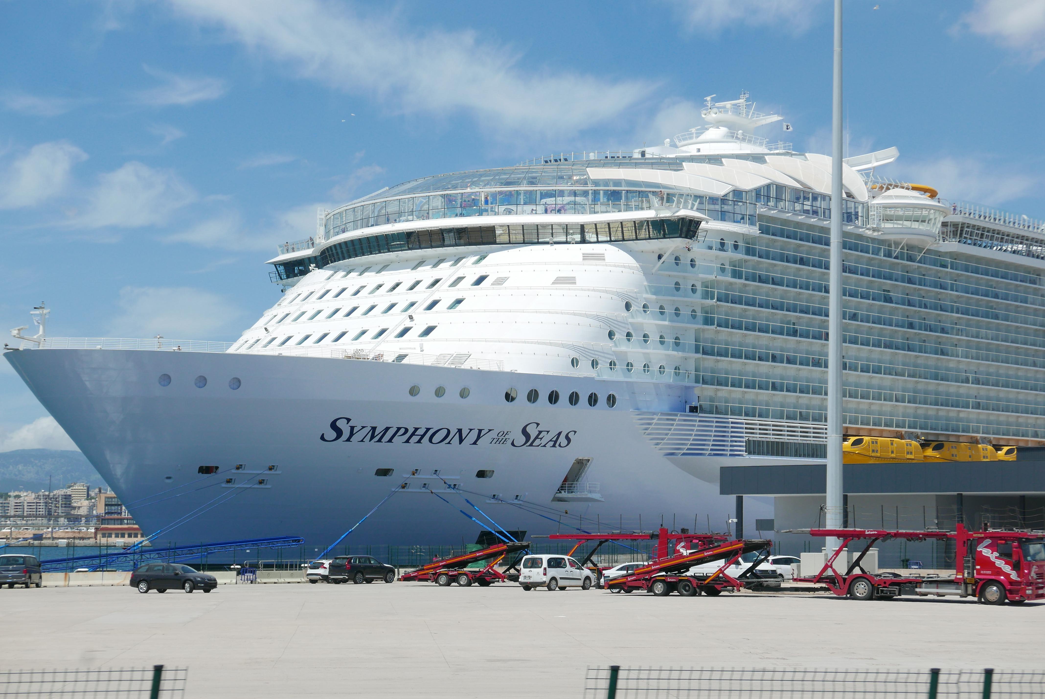 Symphony of the Seas er verdens største cruiseskip (pr. 2018) – hele 362 meter lang og med plass til over 6500 gjester. Foto: Len Kongerud