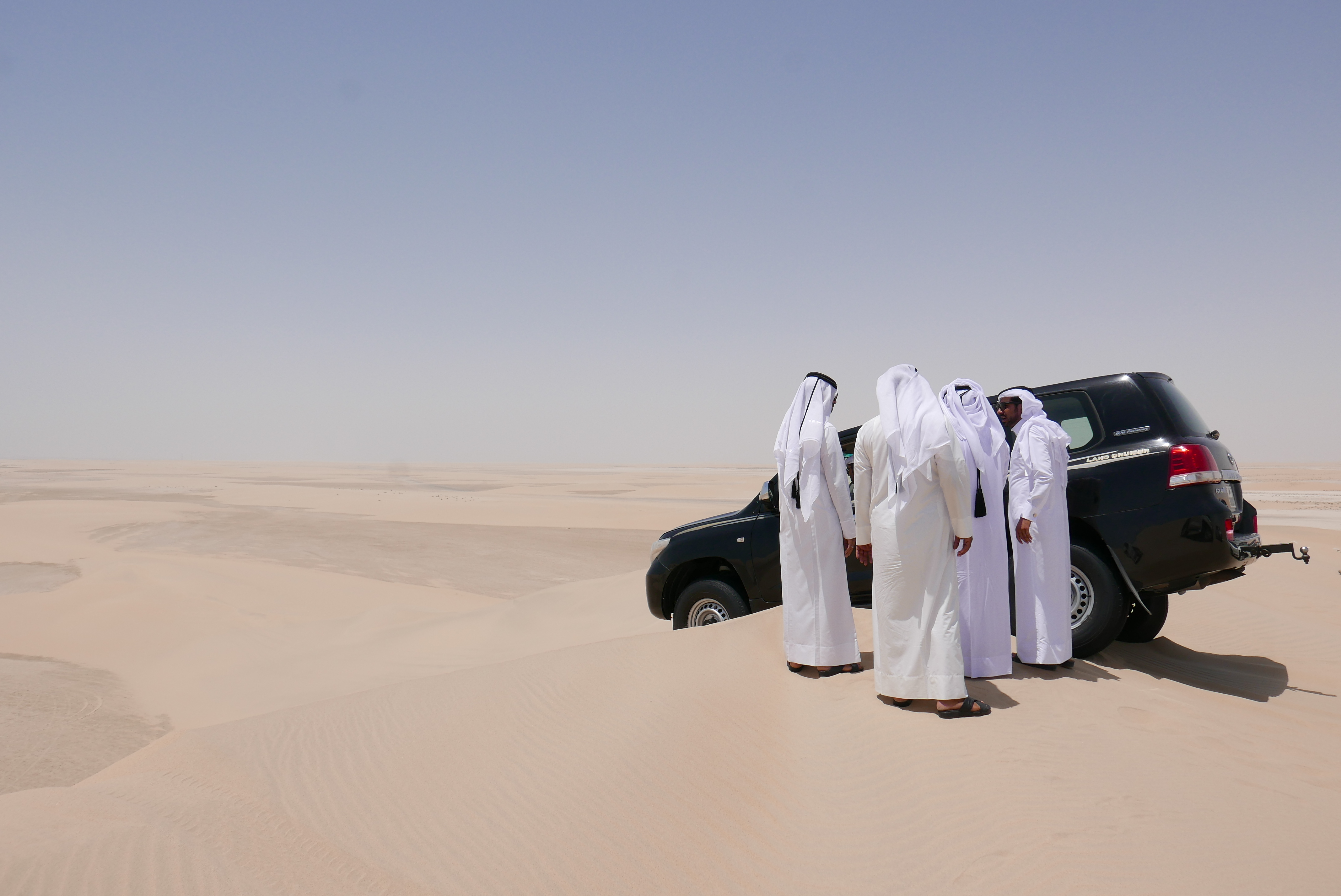 Bildetekst: Selv erfarne ørkensjåfører kan gå på en smell – her ble en uheldig fører sittende fast på toppen av en sanddyne. Trikset for unngå dette var enkelt: FART!