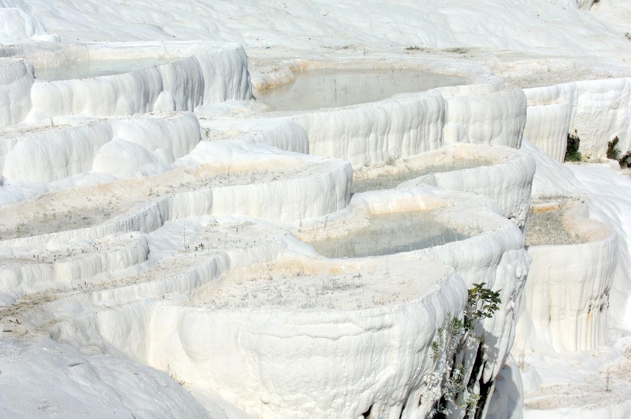 Bildetekst: De kalkholdige kildene i Pamukkale er blant Tyrkias mest kjente turistattraksjoner.