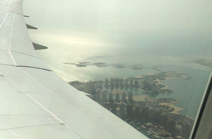 Bildetekst: Et lite glimt av den kunstige øya The Pearl over flyvingen.