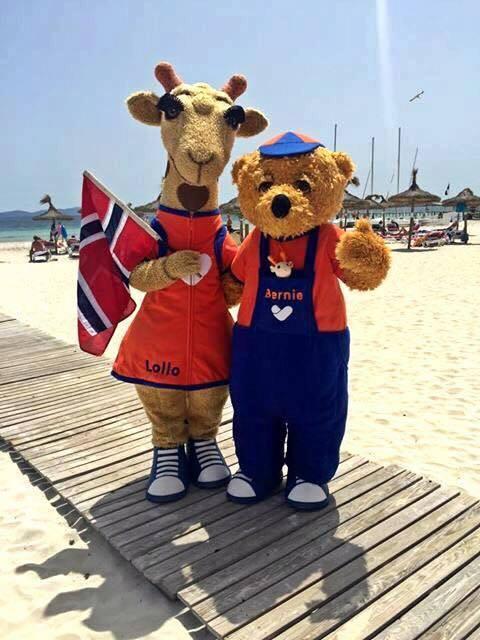 Lollo og Bernie feirer nasjonaldagen på stranden i Alcudia
